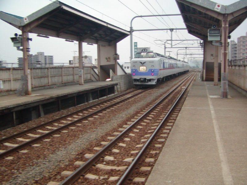 旭川四条駅を通過して旭川運転所に回送される781系